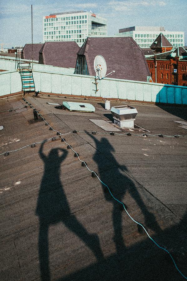 Fotomädchen auf dem Dach