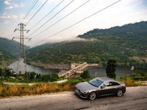Audi A6 Sedan an der Talsperre Carrapatalo